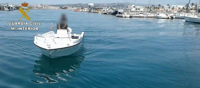 • El Servicio Marítimo de la Guardia Civil ha interceptado una embarcación recreativa, a la altura de la Caleta de Vélez-Málaga, en la que se ocultaban más de 800 kilos de hachís • Hay 5 detenidos a los que se les acusa de los delitos de tráfico de drogas y pertenencia a organización criminal.