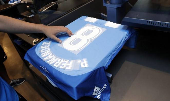Los malaguistas que quieran llevar el nombre y dorsal de una de las jugadoras de la primera plantilla del Femenino podrán solicitarlo tanto en la tienda online como en las físicas oficiales.