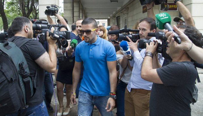 Según ha informado la Policía Local, el detenido, presuntamente, trato de sustraer unas gafas de sol.