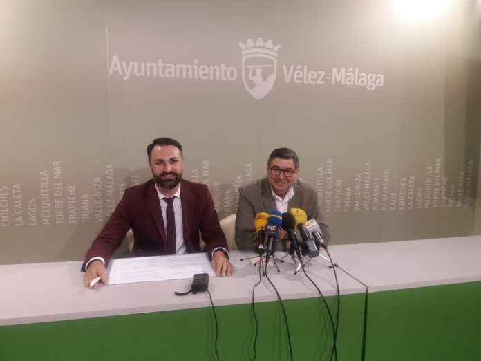 El delegado de Conocimiento y Empleo, Mariano Ruiz Araujo, junto con el alcalde de Vélez-Málaga, Antonio Moreno Ferrer, sobre los nuevos planes de contratación de desempleados por los ayuntamientos en la comarca de la Axarquía, a los que la Junta de Andalucía destinará 5,3 millones de euros hasta finales de 2019.