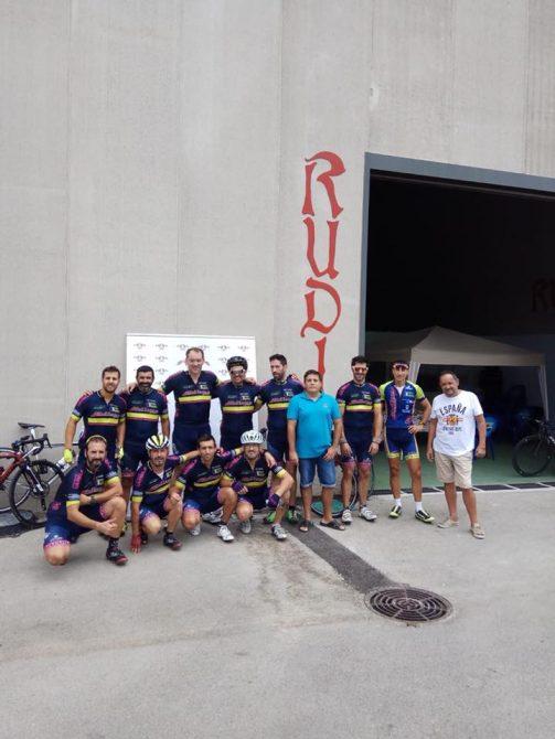 El Club Ciclista Veleño visitan las instalaciones de Cervezas Artesanas Rudis