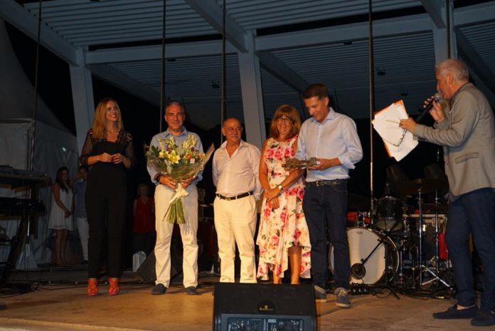 Fueron los padres de la compositora malagueña los encargados de recoger el premio. La familia de Vanesa Martín veranea en El Morche desde hace 12 años.