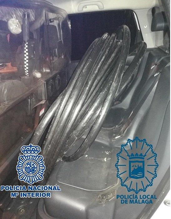  Los detenidos son dos hombres y dos mujeres, siendo recuperados unos 100 metros de cableado e intervenido un coche y varias herramientas, entre ellas la segueta que utilizaban para cortarlo