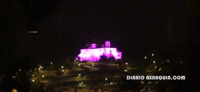 La iluminación de rosa de la ermita del Cerro se contempla desde cualquier punto de la ciudad.