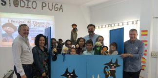 La concejala de Cultura y Educación, Cynthia García, acompañada por el director del centro, Javier Frías, y el maestro titiritero de la compañía 'Peneque el valiente', Antonio Pino, asistió al estreno de esta representación que se enmarca dentro del festival cultural del títeres pionero en Vélez-Málaga.
