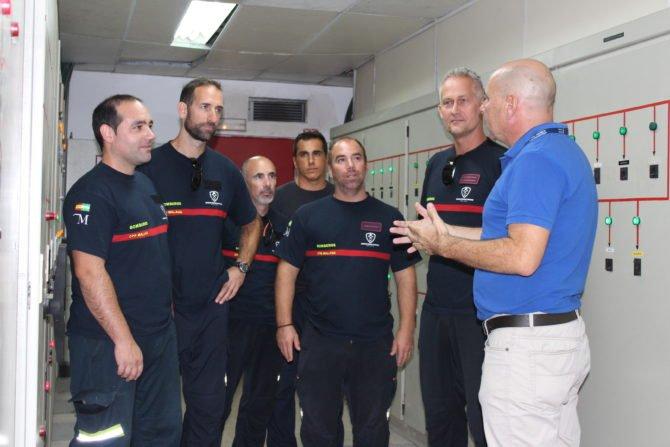 El Hospital Comarcal de la Axarquía recibe la visita de los bomberos para conocer sus instalaciones y poder actuar ante posibles catástrofes