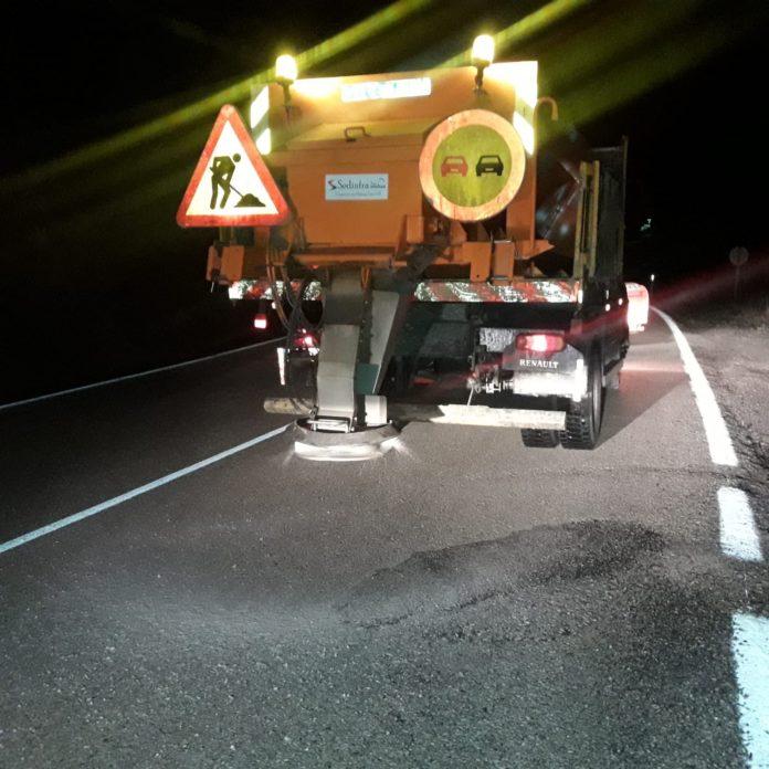 Efectivos de la a Consejería de Fomento y Vivienda de la Junta de Andalucía trabajan en la carretera de Alfarnate.