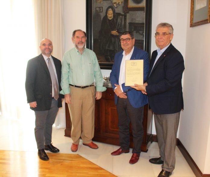 El premio, que promueve la Asociación Málaga siglo XXI, reconoce al pintor veleño su labor de engrandecer con su arte a la ciudad de Vélez-Málaga y a la provincia en general.