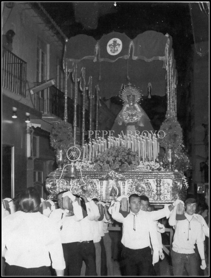 Con esta imagen de los años 70 del fotógrafo veleño José Arroyo queremos homenajear a todas las personas que han formado parte de la historia de la Cofradía del Gran Poder y La Amargura.