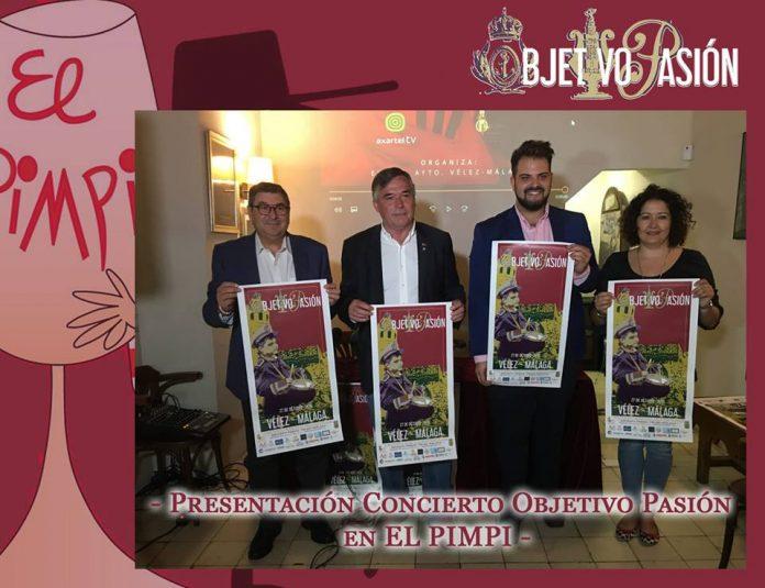 La popular Bodega bar El Pimpi de Málaga acogió la tarde de lunes la presentación del concierto de marchas procesionales por el presidente de la Asociación Juvenil Objetivo Pasión, Aitor López, el gerente de El Pimpi, José Cobos, el alcalde de Vélez-Málaga, Antonio Moreno Ferrer, y la concejala de Cultura del Ayuntamiento veleño, Cyntia Garcia.