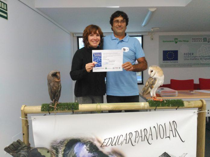 """Mª José Roberto, concejala de Empresa y Empleo, hace un reconocimiento al proyecto """"Educar para Volar""""."""