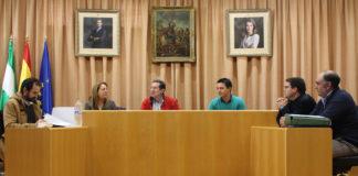 El concejal de Infraestructuras, Juan Carlos Ruiz Pretel, acompañado por el alcalde de Arenas, Laureano Martín, la primera teniente de alcalde de Arenas, Ángela Pérez, y técnicos del consistorio veleño y de Diputación, ha reunido esta mañana a cerca de veinte vecinos de la zona afectada para que conozcan el proyecto, que actuará en un tramo de 1,625 kilómetros con una inversión de 938.000 euros.