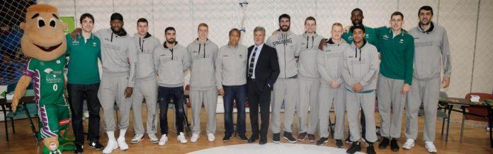 El entrenador Luis Casimiro y los 12 jugadores del equipo estuvieron durante más de una hora en el stand de la Fundación Unicaja atendiendo a los aficionados más pequeños, con quienes compartieron momentos inolvidables para muchos de ellos.