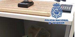 En el local, la Policía se ha incautado de varios gramos de marihuana, hachís y resina de hachís y, además, ha intervenido, entre otros efectos, numerosa documentación, una báscula de precisión y dinero en efectivo.