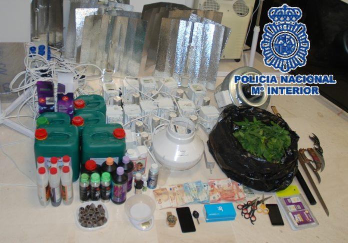 Durante el operativo se han llevado a cabo tres registros domiciliarios –uno en Málaga y dos en Archidona- en los que se han intervenido una pistola, una catana, dos puñales, teléfonos móviles, una balanza de precisión, útiles para cultivo y distribución de marihuana y un vehículo de alta gama.