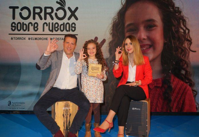 El alcalde de Torrox, Óscar Medina, y de la concejala de Turismo, Sandra Extremera, quienes han participado esta tarde en la presentación de la campaña de acción promocional para 2019.