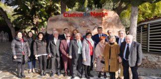 La subdelegada del Gobierno en Málaga y presidenta de la Fundación Cueva de Nerja, María Gámez, ha participado en las actividades organizadas con motivo del 60 aniversario del hallazgo del monumento natural más visitado de Andalucía, que se cumple este sábado 12 de enero y que tiene a los cinco descubridores de la gruta como principales protagonista.