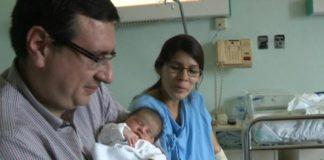 La primera española del año 2019 es una niña aragonesa que se llamaCarolina María, ha pesado 3,760 kilos y vino al mundo justo cuando empezaron a sonar las campanadas, a las 00:00 horas, en elHospital Miguel ServetdeZaragoza.