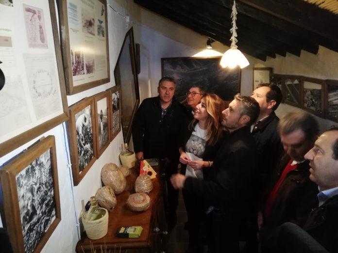La secretaria general del PSOE-A, Susana Díaz, ha visitado el Museo de la Pasa en Almáchar.