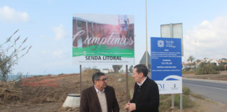 El regidor veleño, acompañado por el concejal de Infraestructuras, visitó la zona donde están dando comienzo las obras del primer tramo de la senda.