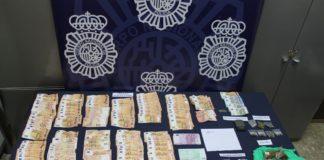 Se han intervenido 3.890 euros, 10 balanzas de precisión, dos armas de fuego y cinco de aire comprimido, tres armas blancas y 24 teléfonos móviles, entre otros efectos