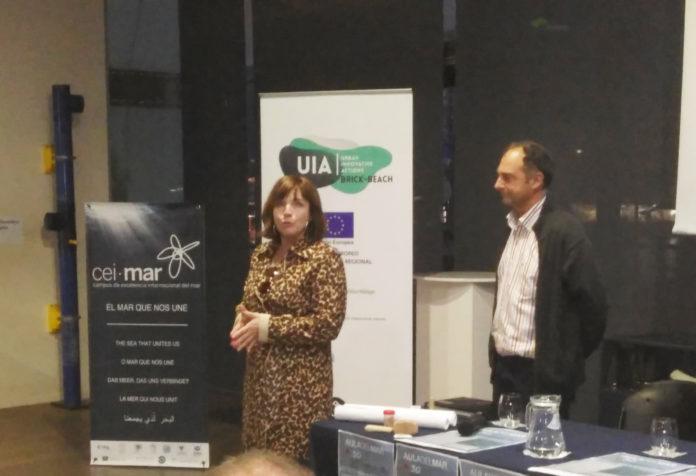 La Concejala de Empresa y Empleo, María José Roberto, participó en las jornadas del Aula del Mar para presentar el innovador proyecto de regeneración de la playa de la localidad veleña de Mezquitilla, como ejemplo de buenas prácticas de economía circular.