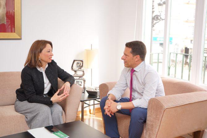 La delegada de la Junta de Andalucía en Málaga, Patricia Navarro, se ha reunido con los alcaldes de Torrox y Almáchar en sendas visitas institucionales.