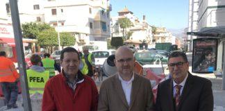 El alcalde de Vélez-Málaga, Antonio Moreno Ferrer, acompañado por el concejal de Infraestructuras, Juan Carlos Ruiz Pretel, y el teniente de alcalde de Torre del Mar, Jesús Pérez Atencia, visitó algunas de las actuaciones en la calle Copo y la calle Dr. Fleming de Torre del Mar.