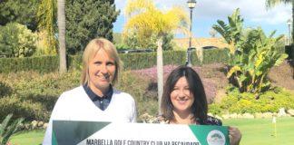Satu con Esther de CUDECA - Satu Kaariainen, Directora de Golf, donando los fondos recaudados por el Torneo de Golf de Socios a Esther Ráez, Comunicación y Captación de Fondos de la Fundación Cudeca, en el campo de golf del Marbella Golf Country Club.