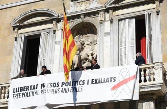 La nueva pancarta ha sido colgada del balcón de la Generalitat pasadas las diez de la mañana. En ella se puede leer la frase «Libertad presos políticos y exiliados» en catalán e inglés.