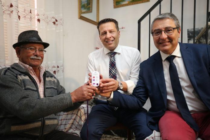 El presidente de la Diputación, Francisco Salado, junto al alcalde de Torrox, Óscar Medina, ha visitado hoy el hogar de uno de los usuarios, Fernando Tomés de 78 años del municipio de Torrox.