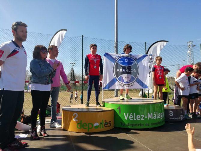La concejala de Deportes del Ayuntamiento de Vélez-Málaga, María José Roberto, entregó los trofeos junto a David Vilches, teniente  alcalde de Caleta de Vélez y Manuel Rincón Díaz, gerente de Fundación Rincón.