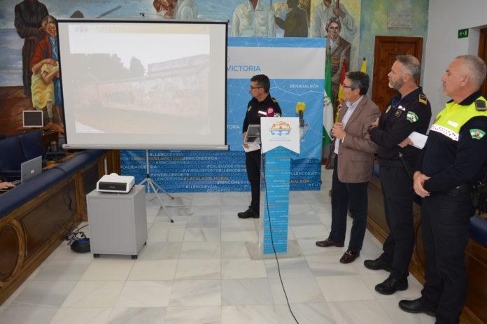 Se le investiga por los delitos Contra el Patrimonio Histórico y Contra la integridad Moral a N.L.C de 21 años al que le constan antecedentes delictivos. La actuación policial forma parte de la denominada `Operación Muro´ dirigida por la Policía Local de Rincón de la Victoria en colaboración con Policía Local de Málaga.