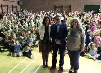 El alcalde de Vélez-Málaga, Antonio Moreno Ferrer, realizó la entrega de premios a los niños y niñas de cada curso, de infantil y primaria, que resultaron ganadores en un concurso que pretende fomentar la creatividad de los estudiantes y acercarlos al mundo del arte y la cultura.