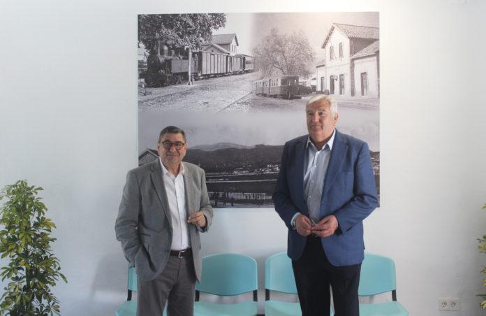 El alcalde de Vélez-Málaga, Antonio Moreno Ferrer, y el concejal de Transporte, Marcelino Méndez-Trelles, visitaron el edificio rehabilitado y explicaron que se convierte en un espacio de información y espera para los usuarios del transporte público.