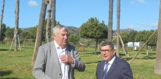 El alcalde de Vélez-Málaga, Antonio Moreno Ferrer y el concejal de Medio Ambiente, Marcelino Méndez-Trelles visitaron la zona donde han concluido las obras del 'Bulevar verde'.