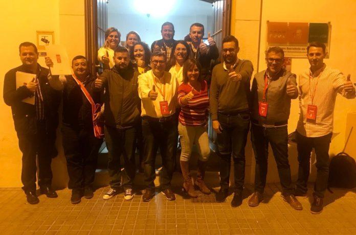 Militantes y simpatizantes del PSOE esta noche electoral de domingo en la Casa del Pueblo.