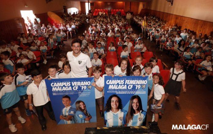 Los futbolistas de la primera plantilla del Málaga CF y Málaga CF Femenino respectivamente visitaron el Colegio San Estanislao de Kostka en El Palo, centro donde comenzarán los campamentos blanquiazules el próximo 23 de junio.
