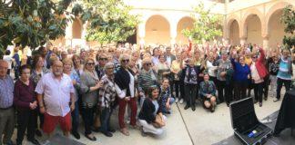 Más de 200 mayores se reunieron en el Convento de San Francisco donde el alcalde de Vélez-Málaga, Antonio Moreno Ferrer, inauguró una exposición con los trabajos realizados por este colectivo en los talleres que se imparten en los diferentes centros de día del municipio.