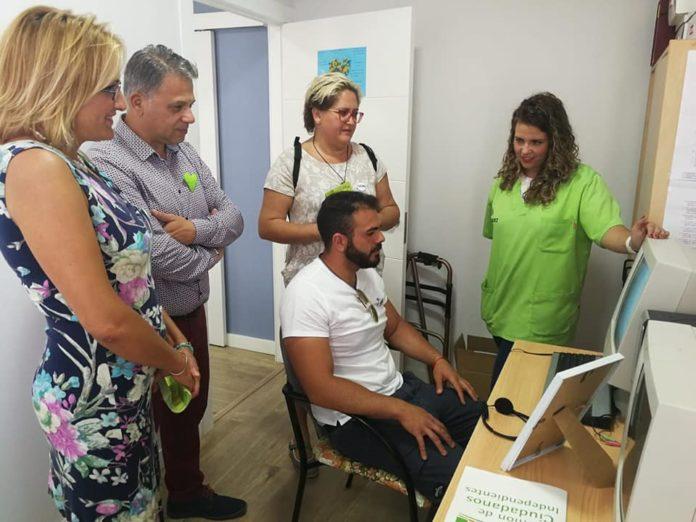 El candidato de UCIN Rincón de la Victoria, Ezequiel Carnero, junto con parte de su equipo han visitado las instalaciones de la asociación Asalbez, dedicada a la atención de las personas con alzheimer y sus familiares.