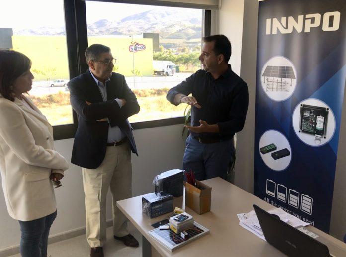 El alcalde de Vélez-Málaga, Antonio Moreno Ferrer, y la concejala de Empresa y Empleo, María José Roberto, visitaron empresa Innpo, instalada en el Vivero de Empresas 'El Ingenio-Trapiche', que es pionera en un innovador sistema de optimización del agua en cultivos a través de energía renovable y en dos años ha triplicado su facturación, su plantilla y exporta a más de veinte países.