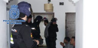 La investigación comenzó gracias al testimonio de un migrante quién indicó que partió en patera desde Tánger junto a 12 personas y, a cierta distancia de la costa española, fueron obligados a hinchar una barca de goma hasta arribar en una playa cercana a Tarifa.