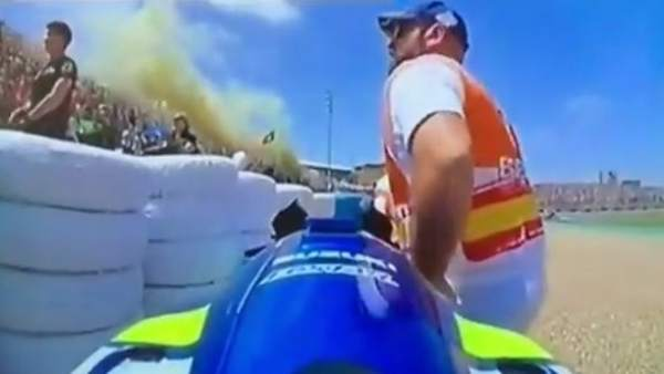 Las redes sociales han publicado un vídeo en el que se puede ver a uno de los comisarios del circuito 'robando' una pieza de la moto aprovechando que el piloto español se iba a celebrar su segundo puesto.