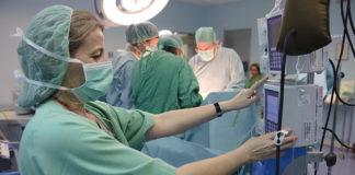 Profesionales sanitarios del SAS durante una intervención quirúrgica. /JUNTA.