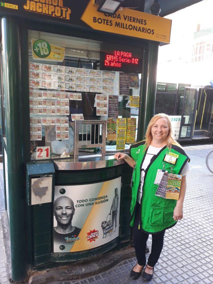 Rosa María López ha repartido 350.000 euros entre diez vecinos de Huelin, en la calle La Hoz.