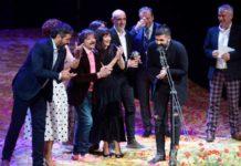 """Integrantes de la compañía de Teatro de la Ciudad y Teatro de la Abadía, tras recibir el Premio Max 2019 al """"Mejor espectáculo"""" por la obra """"La Ternura""""."""