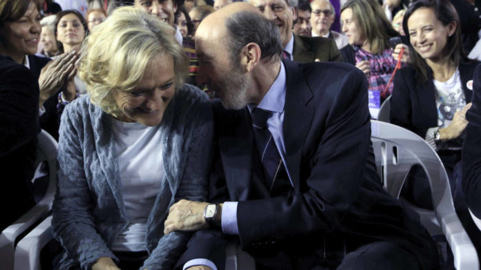 Alfredo Pérez Rubalcaba junta a su mujer, Pilar Goya. (Efe)