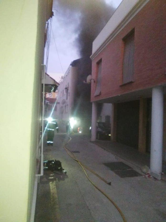 El fuego se declaró en un edificio de la calle Molino del Viento.