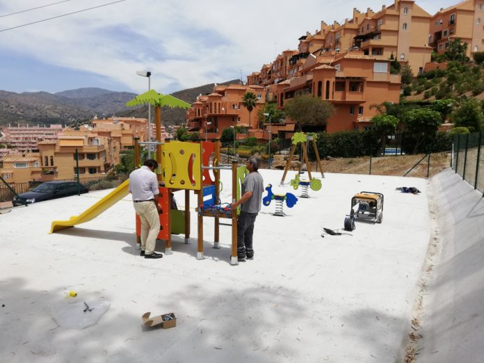 Los trabajos están consistiendo en la sustitución de los suelos y la renovación de juegos y elementos de las zonas de ocio según la normativa vigente.