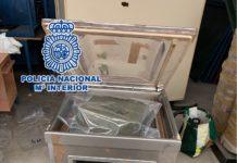 Han sido arrestados los cinco integrantes de la organización, cuatro de ellos en el interior de la nave cuando ocultaban hachís en una estructura de madera y el quinto en las inmediaciones del local.